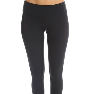 Onzie solid black Capri leggings M/L